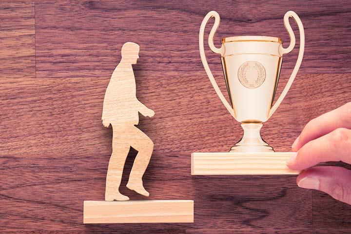 Mann eine Stufe entfernt zum Pokal