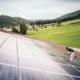 Mann arbeitet an Photovoltaikanlage