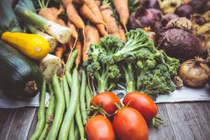 Gemüse liegt übereinander gestapelt